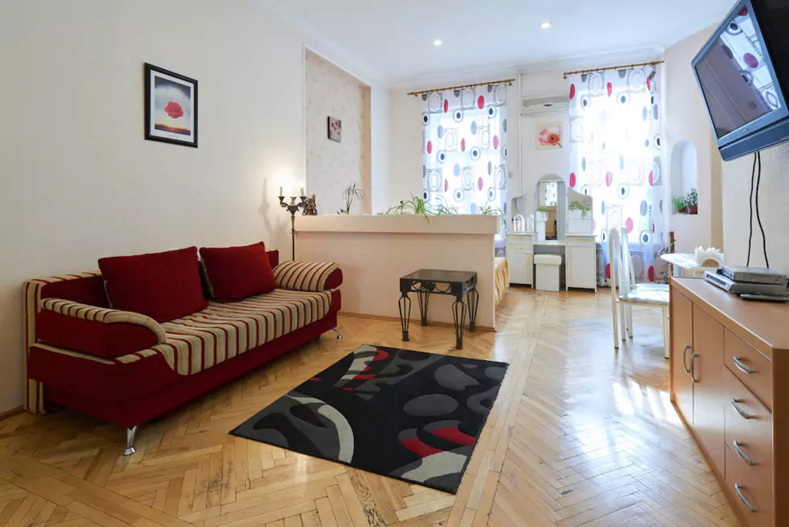 Apartment for rent in Kiev on Maydan Kostelnaya 9